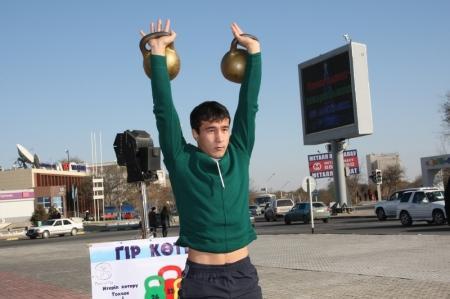 В Актау прошли соревнования по поднятию гири среди студентов