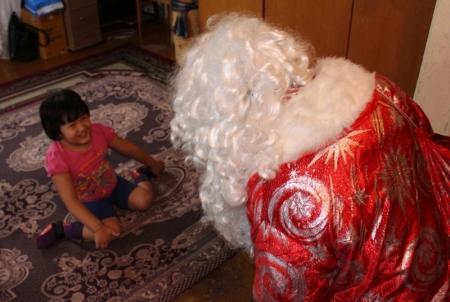 Дед Мороз поздравил  детей, которые из-за проблем со здоровьем не могут выходить из дома