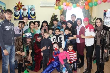 Студенты Актау поздравили детей из областной детской деревни