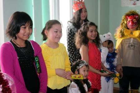 В Актау Дед Мороз и Снегурочка побывали в детском тубдиспансере и психоневрологическим интернате