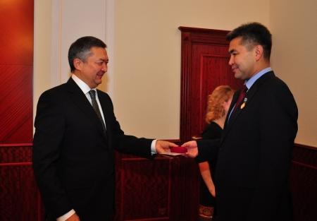 В преддверии Нового годаБауржан Мухамеджанов поздравил сотрудников аппарата акима области