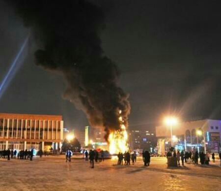"""В Актау на площади """"Астана"""" сгорела елка (ВИДЕО)"""