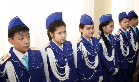 В Актау дорожные полицейские обучают школьников правилам дорожного движения