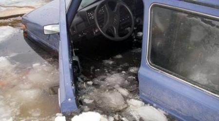 """Нива"" вместе с водителем ушла под лед в Атырауской области"