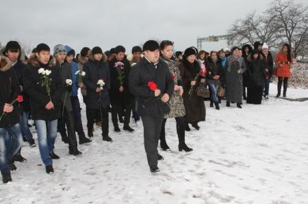 В Актау студенты почтили память погибших в авиакатастрофе 29 января