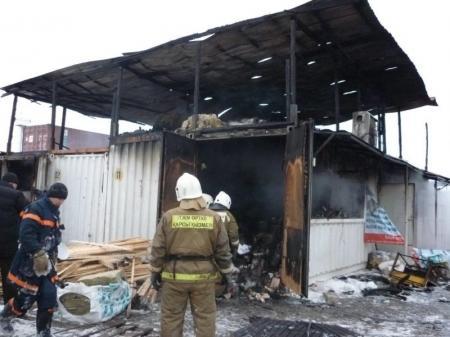 В Актау на рынке «САК» в результате крупного пожара сгорели четыре контейнера