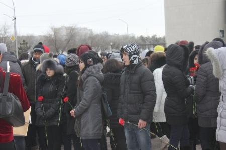 В Актау в честь 70-летия победы в Сталинградской битве возложили цветы к Вечному огню