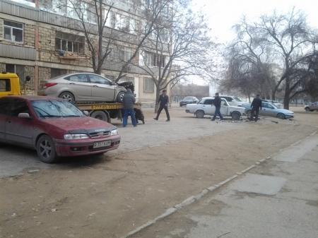 В Актау водитель автомобиля «Волга» протаранил пять  припаркованных автомобилей (ДОПОЛНЕНО+ФОТО)