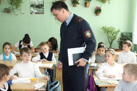 В Актау дорожные полицейские продолжают учить школьников  правилам дорожного движения