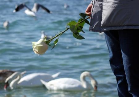 Житель Актау каждый год 14 февраля носит цветы к морю в память о погибшей супруге