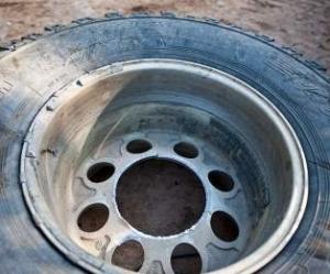 В Мангистау из-за оторвавшегося колеса автомашины водитель потерял три пальца
