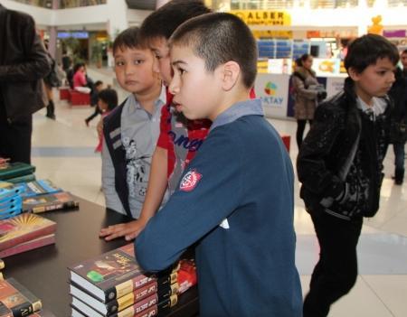 """В Актау прошла акция книгообмена """"С книгой в будущее"""""""