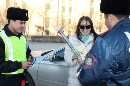 В Актау дорожные полицейские дарили цветы женщинам за рулем