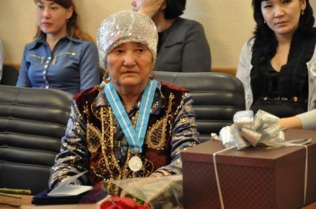 В акимате Актау поздравили и наградили многодетных матерей