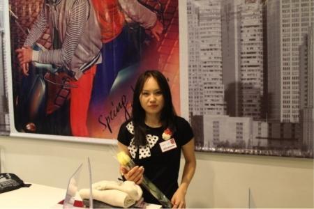 Молодежь Актау поздравила с 8 марта женщин разных профессий