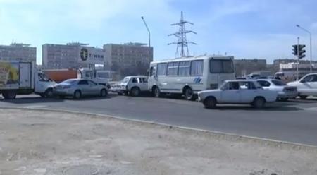 В Актау неисправный светофор парализовал движение автотранспорта вдоль 6 и 8 микрорайонов