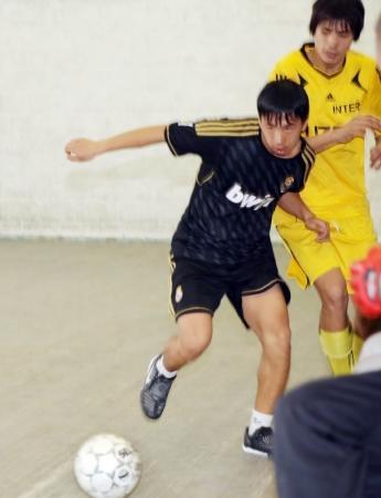 В Актау воспитанники детских домов сыграли с полицейскими в футбол