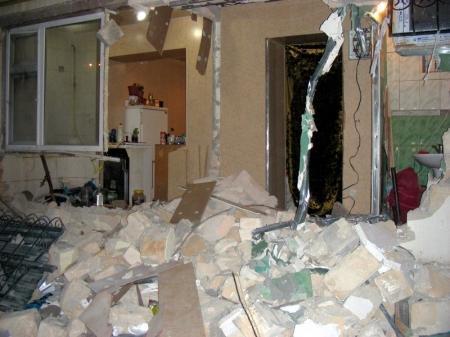 В Актау судебные приставы снесли стену в квартире женщины с несовершеннолетним ребёнком