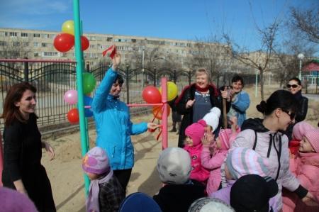 Родители и дети детского сада 22  Актау высадили деревья на аллее  выпускников