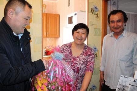 Судьи Актауского городского суда поздравили с праздником детей с онкологическими заболеваниями