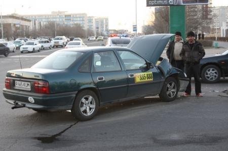 """В Актау произошла авария на перекрестке у торгового центра """"Ардагер"""""""
