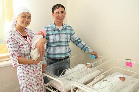 В Актау одна за одной родились сразу две тройни