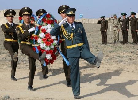 В Актау на месте возведения памятника казахстанским солдатам, погибшим на таджикско-афганской границе, заложен первый камень