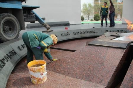 """Мемориал """"Вечный Огонь"""" готовят к майским праздникам"""
