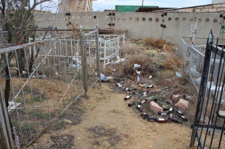 На городском кладбище Актау прошел субботник
