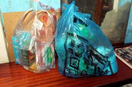 Продукты из благотворительной корзины фонда «Адал» были переданы 86-летней одинокой пенсионерке