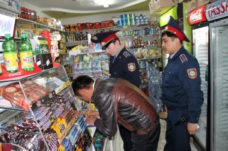Сотрудники полиции Актау поймали с поличным продавца при продаже спиртного ночью