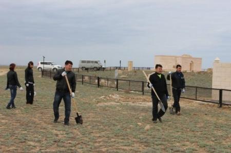 Мангистауские таможенники провели уборку территории некрополя Калипан