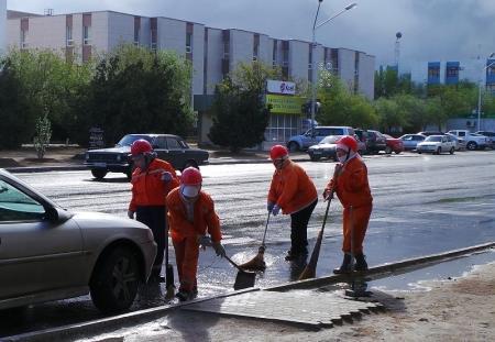 Справятся ли коммунальщики Актау с лужами подручными средствами?