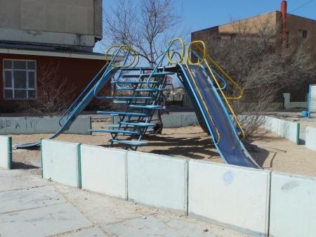 Состояние детских площадок, оставшихся в Актау с советских времен, вызывают опасения у жителей города