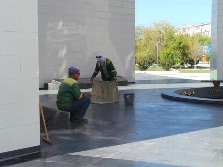Монумент «Вечный огонь» в Актау  чистят и ищут пропавшую букву