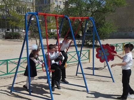 Кто у нас так безграмотно конструирует детские площадки?