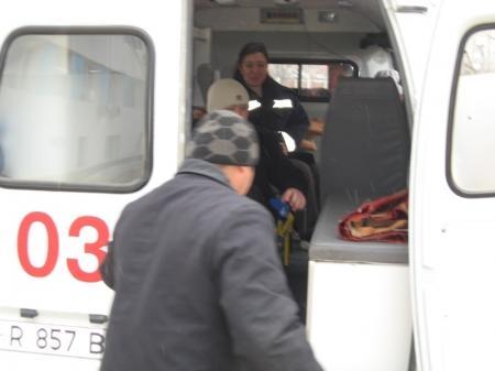 В Актау мужчина упал с балкона третьего этажа