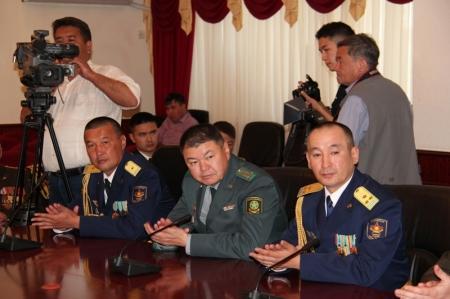 Аким Мангистауской области поздравил военных с наступающим праздником