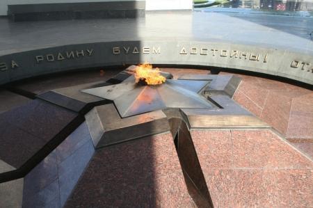 """Сотрудники департамента КНБ по Мангистауской области возложили венки к монументу """"Вечный огонь"""""""