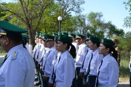 В Актау военнослужащие РУ «Батыс» и БОХР возложили венки к стеле защитника отечества