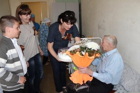 Благотворительный фонд «Адал» навестил ветеранов Великой Отечественной войны, проживающих в доме-интернате для престарелых и инвалидов