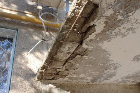 В Актау с пятого этажа жилого дома упала бетонная облицовка