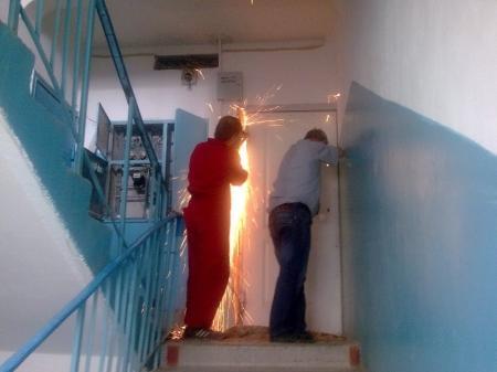 В Актау судебные исполнители выселяют семью из квартиры из-за долгов банку