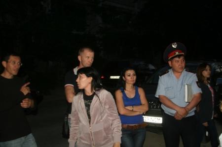 Жители пятого микрорайона Актау считают ночную стоянку, организованную в их дворе, незаконной