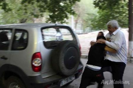 В Атырау полицейские переоделись в женщин для побега от возмущенных жильцов ДОБАВЛЕНО ВИДЕО