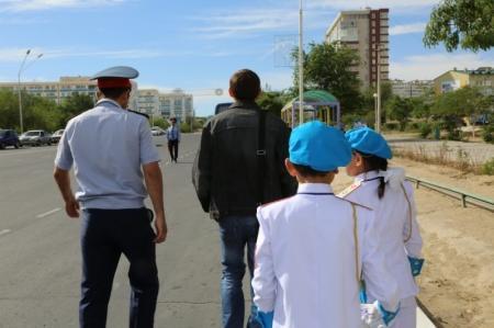"""В Актау одно из """"любимых"""" мест у пешеходов-нарушителей - автодорога у ТЦ «Ардагер»"""