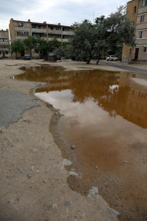 В шестом микрорайоне Актау в результате порыва трубопровода затапливает жилой дом
