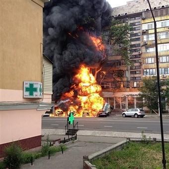 В Алматы бензовоз врезался в магазин, взрываются припаркованные машины, горят деревья