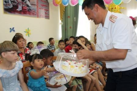 Мангистауские полицейские поздравили воспитанников спецучреждений с Днем защиты детей