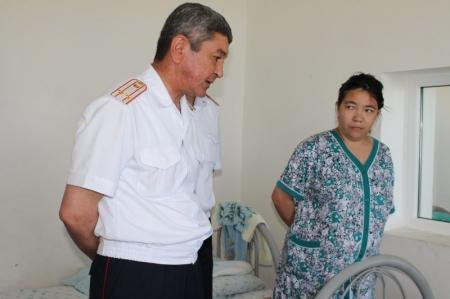 Сотрудники мангистауской полиции навестили с подарками школьника, получившего травмы в ДТП